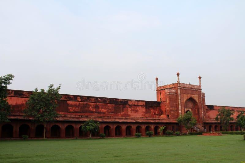 Wejściowa brama iść Taj Mahal w Agra i niektóre małpuje r zdjęcie stock