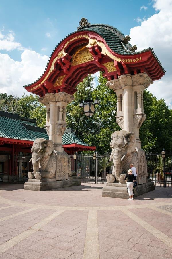 Wejściowa brama słonia brama Berliński zoo, Zoologiczny/ obrazy stock