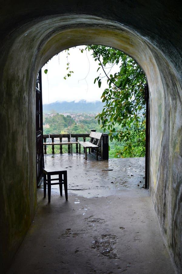 Wejściowa brama Tham Jang jama Vang Vieng Laos zdjęcia royalty free