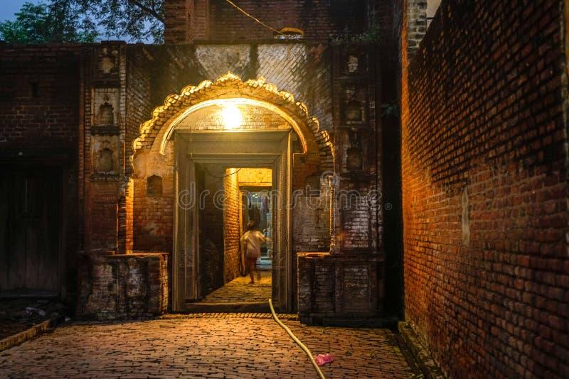 Wejściowa brama w małej indyjskiej wiosce obrazy royalty free