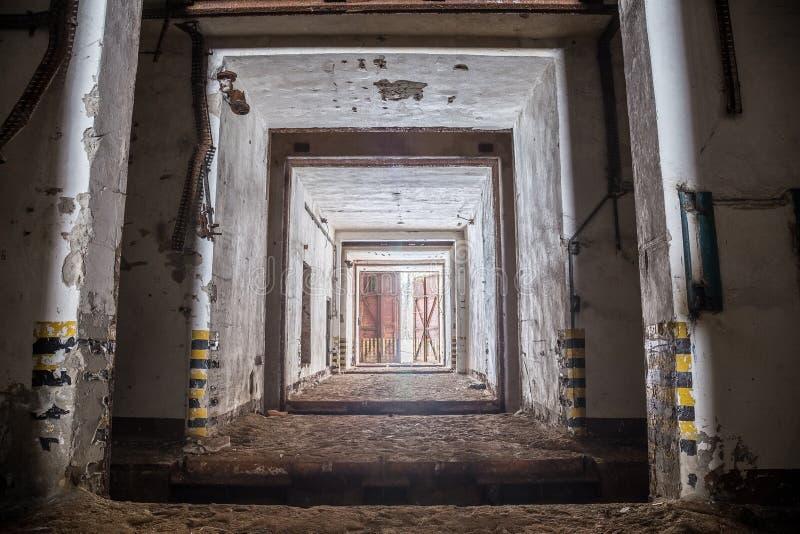 Wejściowy brama korytarz zaniechany i ośniedziały stary sowiecki militarny bunkier obraz royalty free