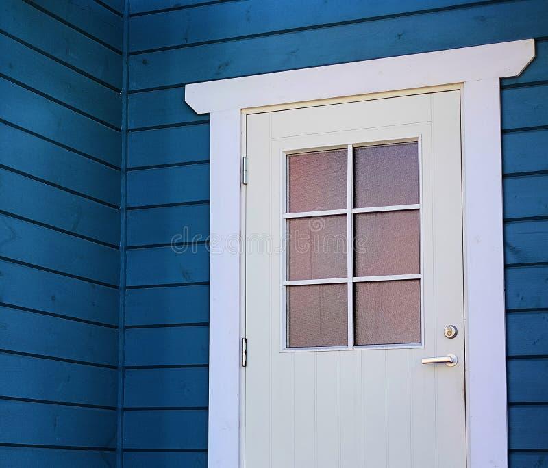 Wejściowy drewniany drzwi dla dom na wsi, obrazy stock