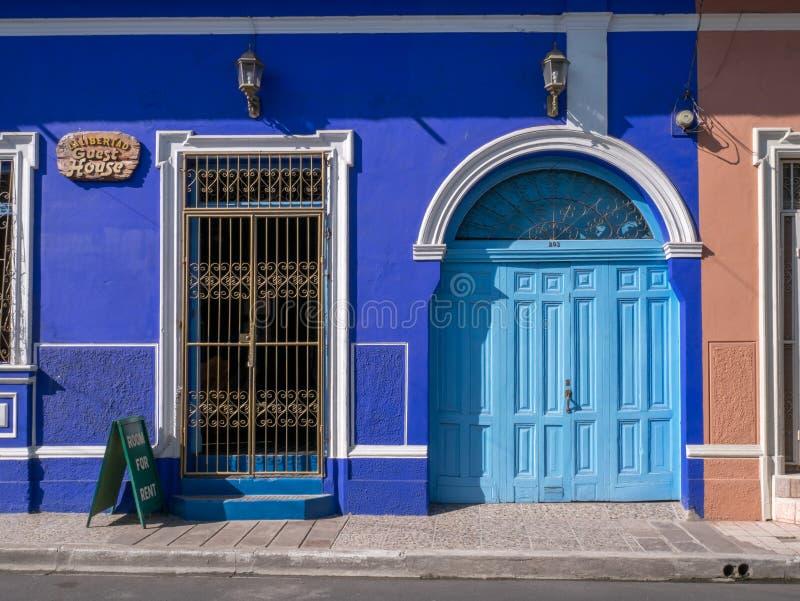 Wejściowy drzwi w Granada fotografia royalty free