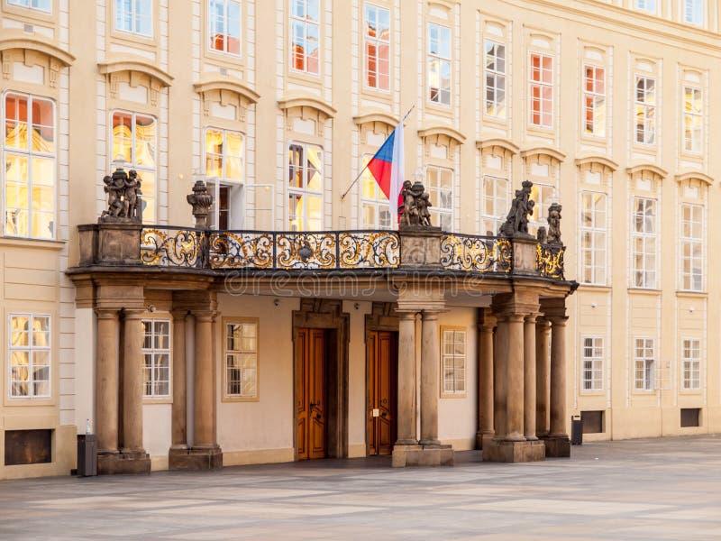 Wejściowy drzwi z balkonem archiwa Praga kasztel na Trzeci podwórzu, Praga, republika czech zdjęcie royalty free