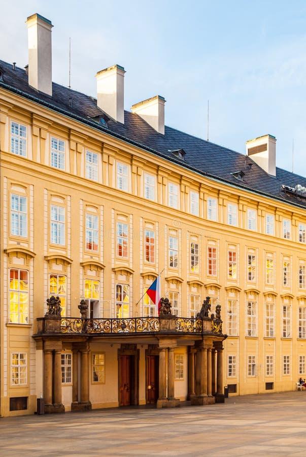 Wejściowy drzwi z balkonem archiwa Praga kasztel na Trzeci podwórzu, Praga, republika czech obraz royalty free