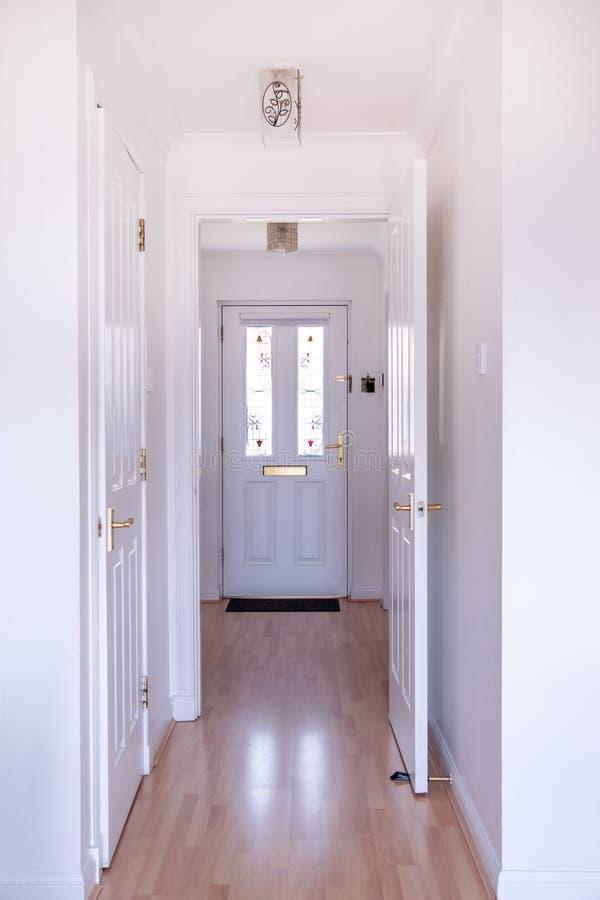 Wejściowy halleay medern dom z białymi drzwi i witrażu wszywkami na drzwi obrazy stock