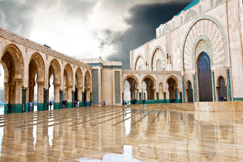 Wejściowy królewiątka Hassan II meczet, Casablanca, odbija w kałuży obraz royalty free
