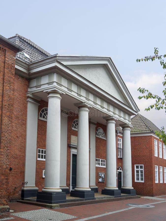 Wejściowy portal z kolumnami w Aurich mieście zdjęcie royalty free