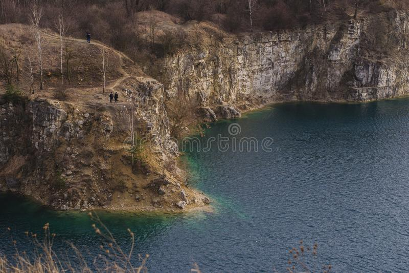 Wek azul del ³ de Zakrzà del lago y de la roca en Kraków, Polonia imagenes de archivo