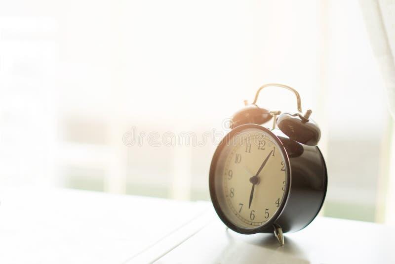 Wekker in de ochtendslaapkamer stock foto