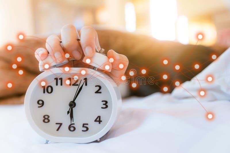 Wekker die in de ochtend in moderne digitaal van de slaapkamer sociale technologie ontwaakt stock foto