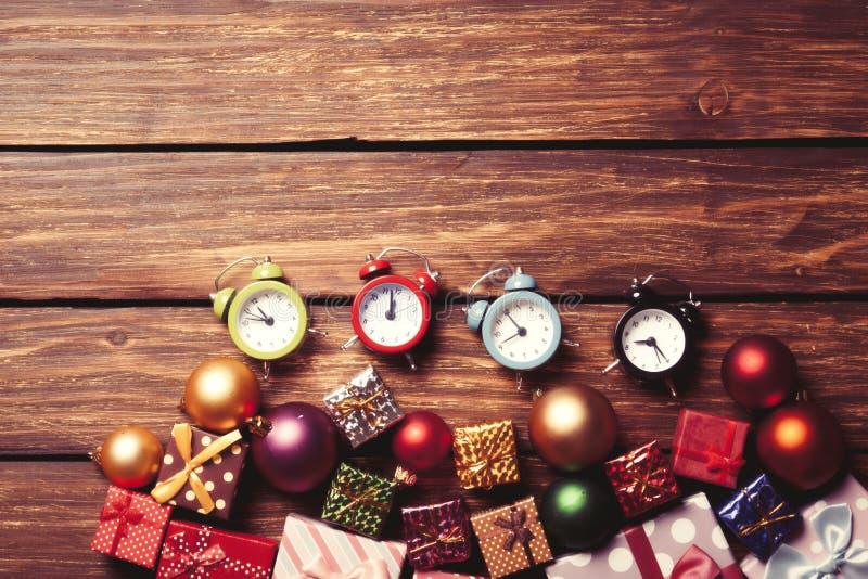 Wekker en Kerstmissnuisterijen stock fotografie