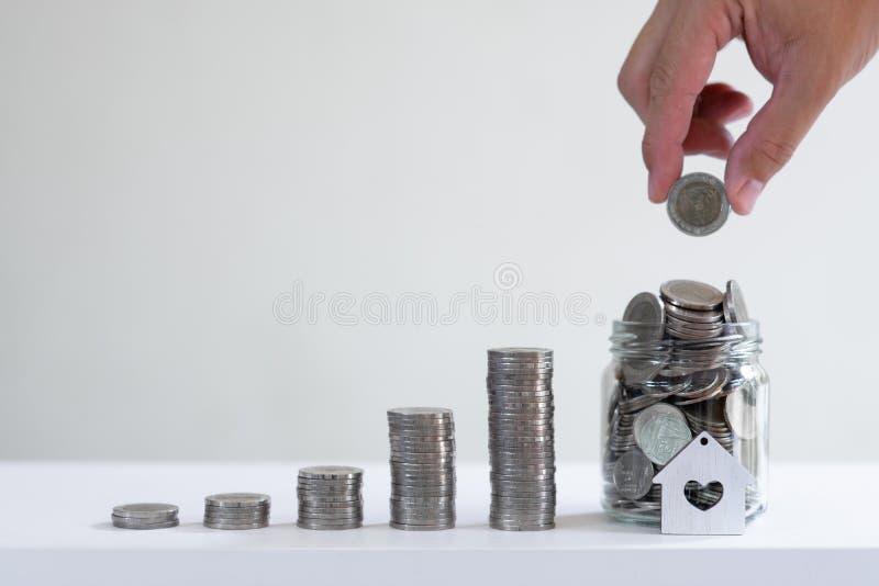 Wekker en muntstuk de stapels schikken in de groeigrafiek op wit concept als achtergrond, financiën en bedrijfs stock fotografie