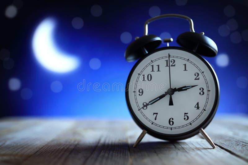 Wekker in het midden van de nachtslapeloosheid stock fotografie