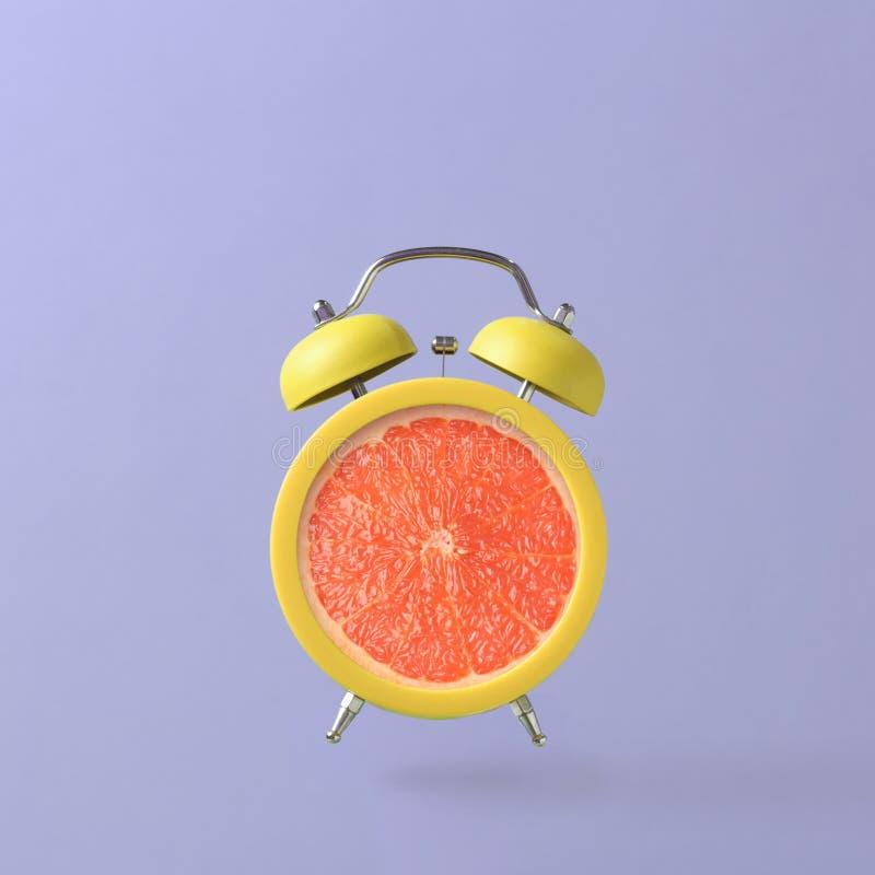 Wekker met grapefruit royalty-vrije stock foto's