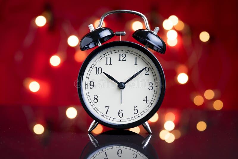 Download Wekker Met Het Licht Van De Partijdecoratie Bokeh Op De Achtergrond Stock Foto - Afbeelding bestaande uit klok, decoratie: 107708152