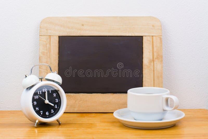 Wekker met koffiekop stock foto