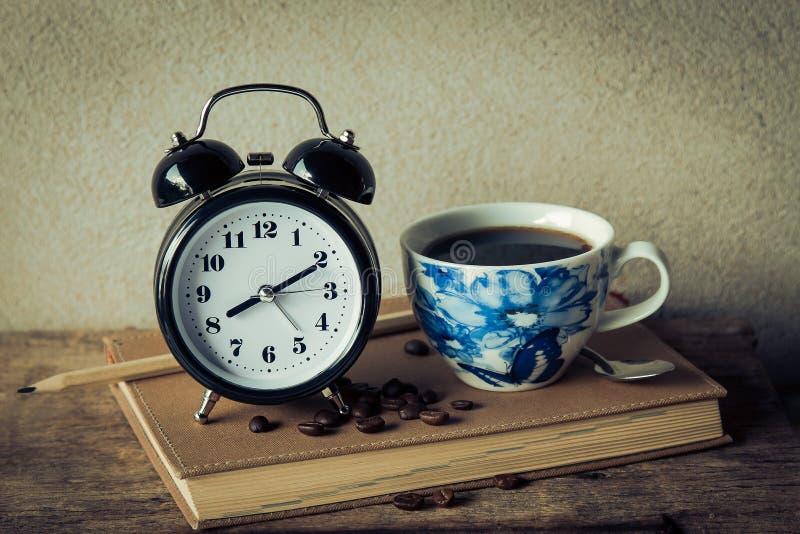 Wekker met koffiekop stock foto's