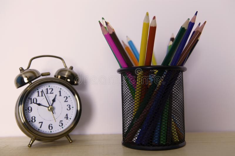 Wekker met potloden royalty-vrije stock foto