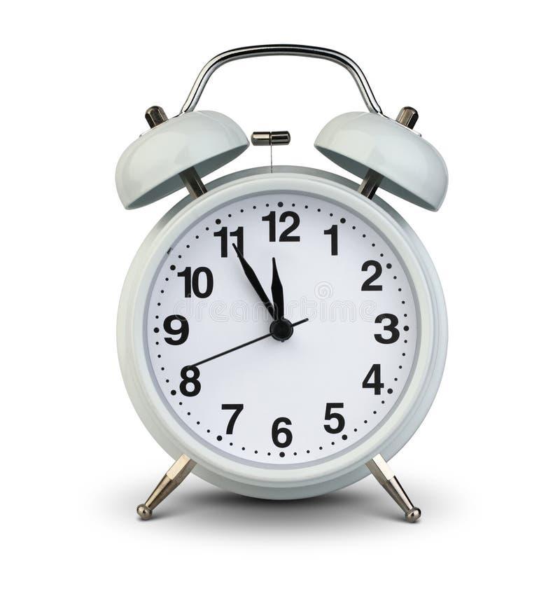 Wekker op wit, het knippen weg wordt geïsoleerd die Vijf minuten aan tw stock afbeelding