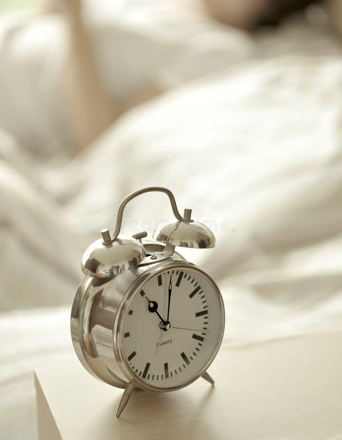 Wekker in slaapkamer royalty-vrije stock afbeelding