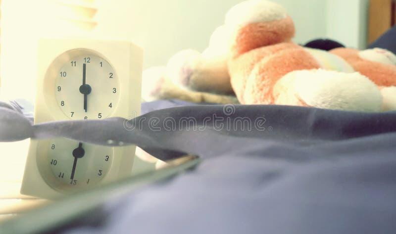 Wekker 6 uur in de ochtend op het bed thuis Van de achtergrond ochtendtijd concept stock foto's
