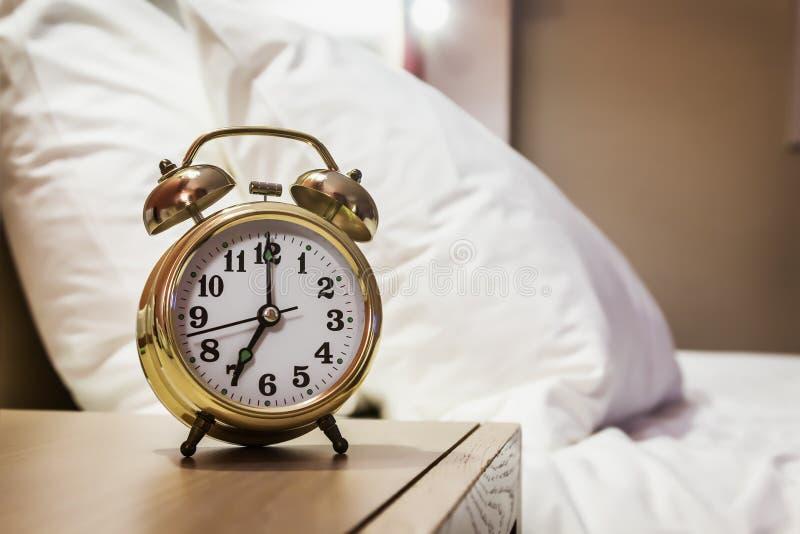 wekkertribunes op een bedlijst in de ruimte royalty-vrije stock foto's