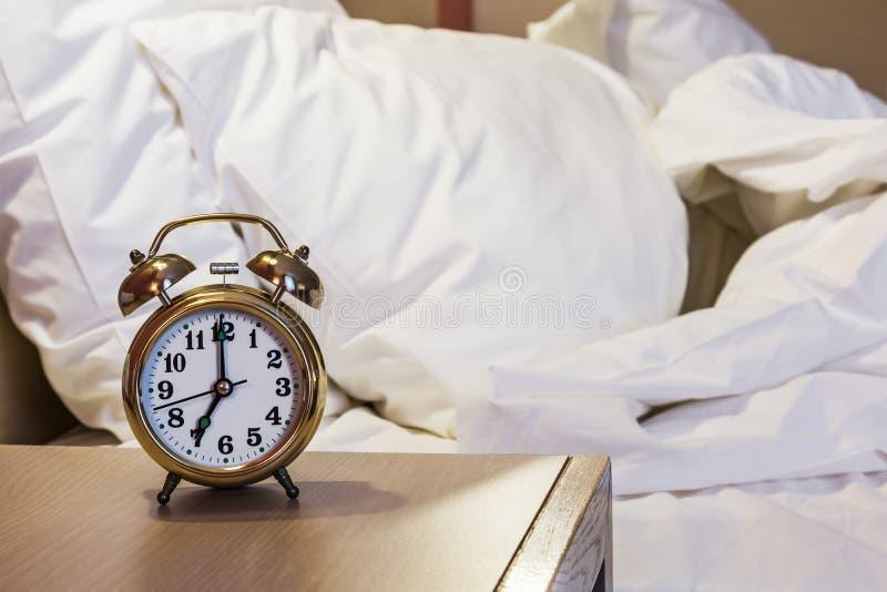 wekkertribunes op een bedlijst in de ruimte royalty-vrije stock foto