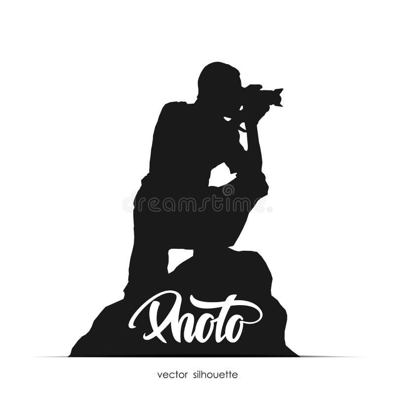 Wektorowa ilustracja: Sylwetka fotografa obsiadanie na kamieniu odizolowywającym na białym tle ilustracji