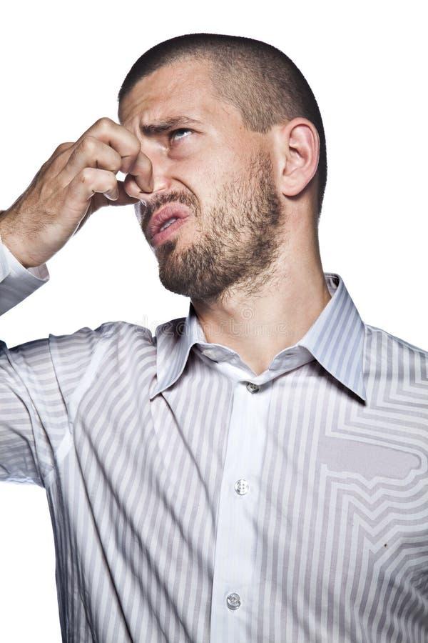 Welcher Geruch, Mann, auf weißem Hintergrund lokalisierte lizenzfreie stockfotografie