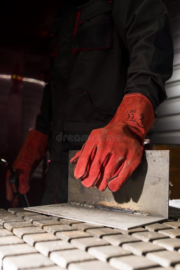 Welder för skyddande handskar för läder på händerna arkivfoto