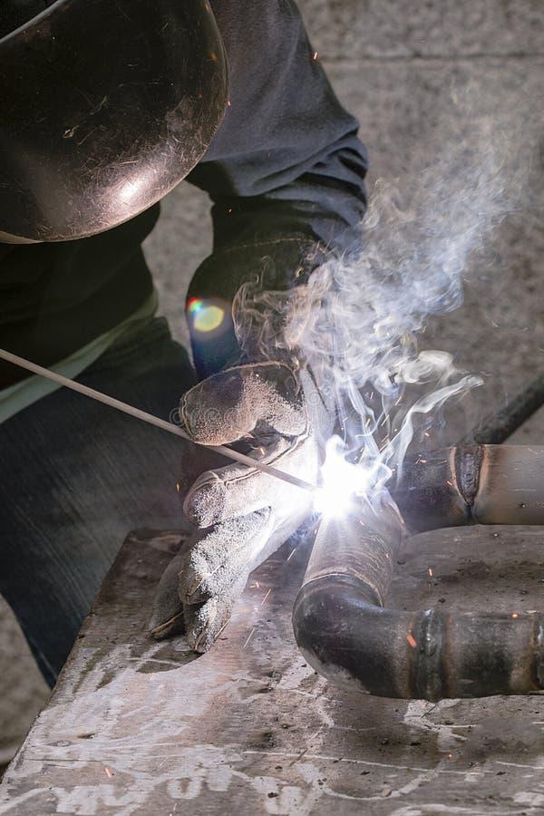 Weldersvetsningsrör för gasinstallation fotografering för bildbyråer