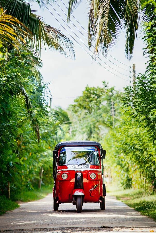 Weligama, †de Sri Lanka «le 27 décembre 2017 : Tuk-tuk rouge sous photos libres de droits