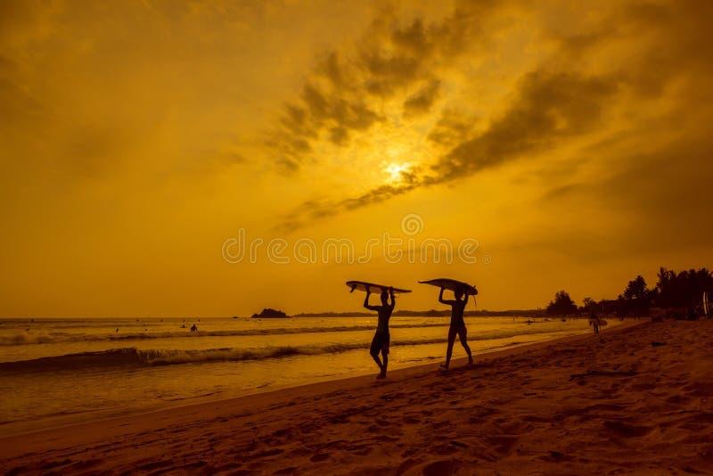 WELIGAMA, ΣΡΙ ΛΑΝΚΑ - 12 ΙΑΝΟΥΑΡΊΟΥ 2017: Μη αναγνωρισμένο surfi ζευγών στοκ φωτογραφία