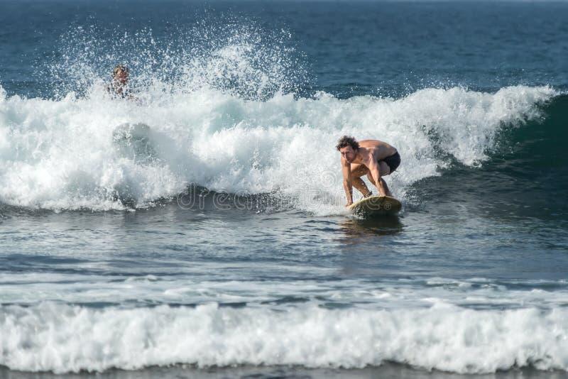 WELIGAMA, ШРИ-ЛАНКА - 6-ОЕ ЯНВАРЯ 2017: Неопознанный человек занимаясь серфингом стоковое фото rf