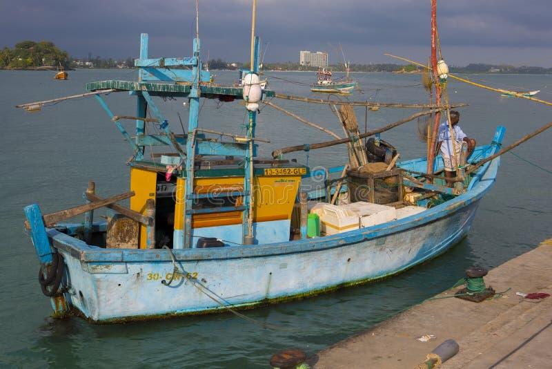 Weligama, Sri Lanka - février 2018 : bateau de pêche Poissons de personnes de Lankan images libres de droits