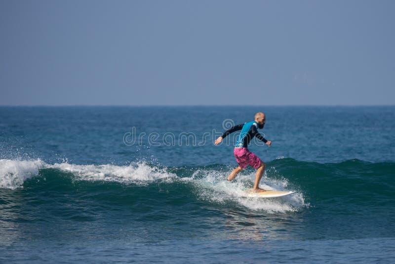 WELIGAMA SRI LANKA - JANUARI 06 2017: Oidentifierat surfa för man royaltyfria foton