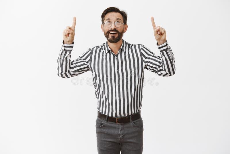 Welke mooie dag om meer geld te maken Portret van onbezorgde blije rijke man met baard in buitensporige gestreepte overhemd en br stock afbeelding