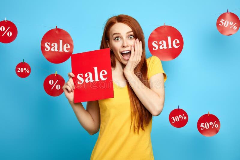 Welke vreselijke verkoop het emotionele meisje kan niet in verkoop geloven stock fotografie