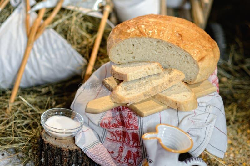 Welkom giften in het huis - brood, zout en water stock fotografie