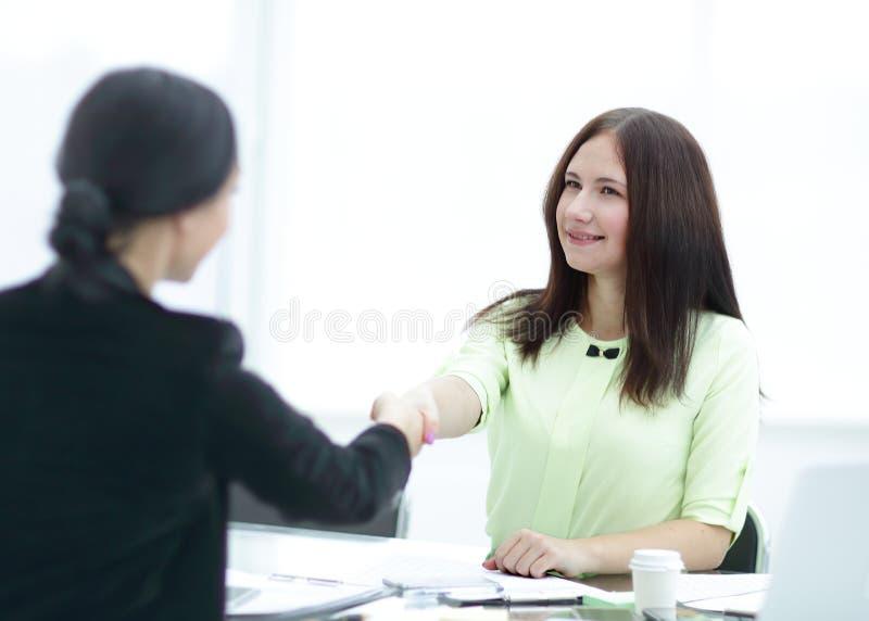 Welkom handdruk van twee bedrijfsvrouwen bij het Bureau Foto met exemplaarruimte royalty-vrije stock foto