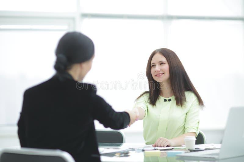 Welkom handdruk van twee bedrijfsvrouwen bij het Bureau Foto met exemplaarruimte royalty-vrije stock afbeelding