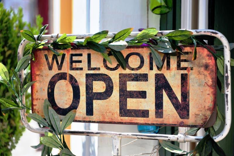 Welkom open teken in straatkoffie royalty-vrije stock afbeelding