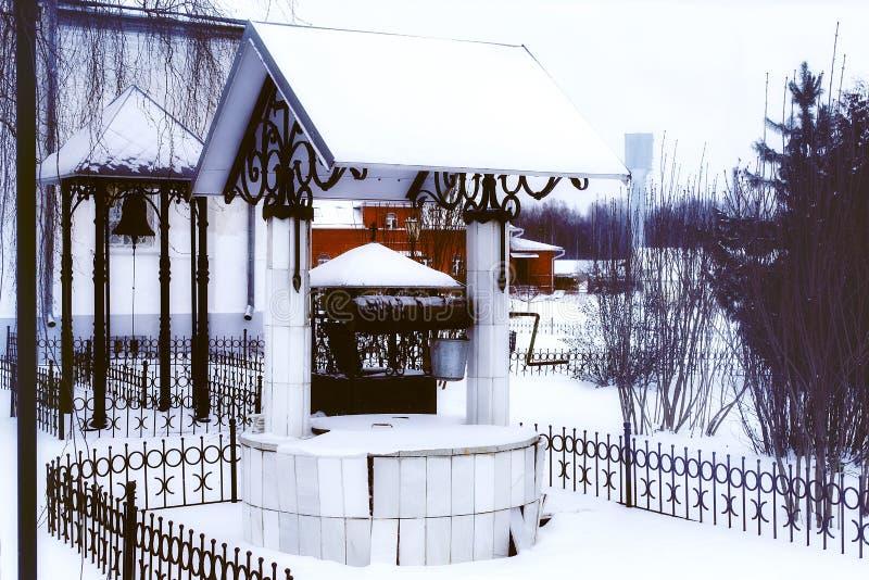 well i dzwonkowy wierza przy kościół zdjęcia stock