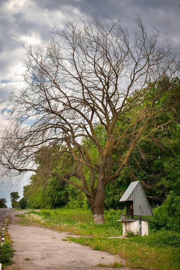 Well pozycja drogą w obszarach wiejskich Ukraina zdjęcie royalty free