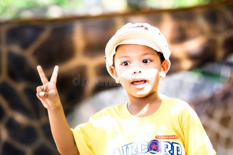 Well przyglądająca mądrze azjatykcia Tajlandzka chłopiec zdjęcie royalty free