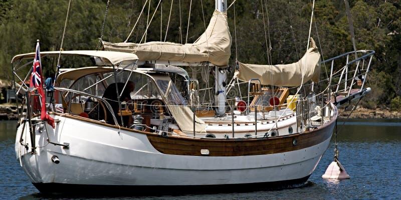 Well - przygotowany oceanu żeglowania jacht cumował w bezpiecznym schronieniu obraz royalty free