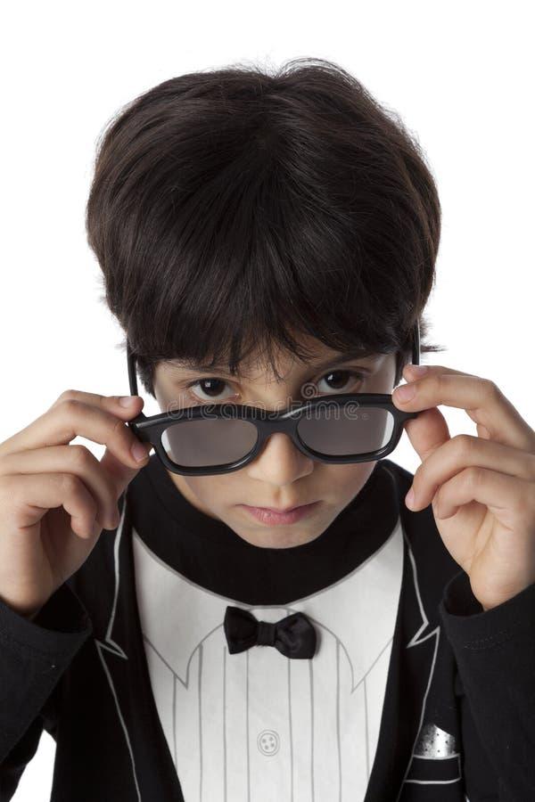Well ubierał osiem roczniaka chłopiec z okularami przeciwsłonecznymi obrazy stock