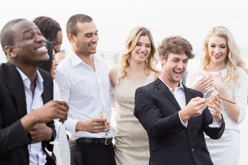 Well ubierający ludzie patrzeje smartphone obrazy royalty free