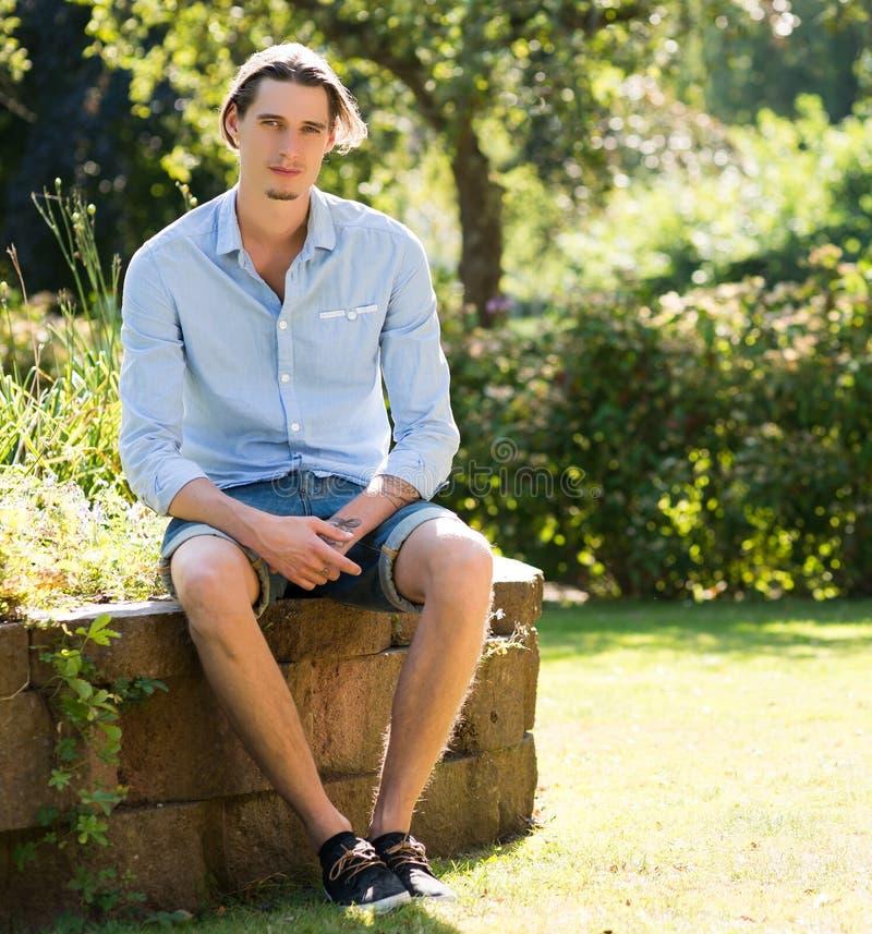 Well ubierający mężczyzna outdoors zdjęcie royalty free